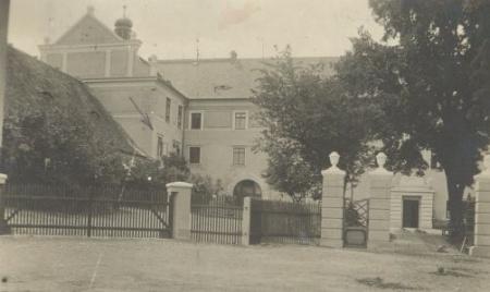 pohled nanádvoří zámku - kolem roku 1930